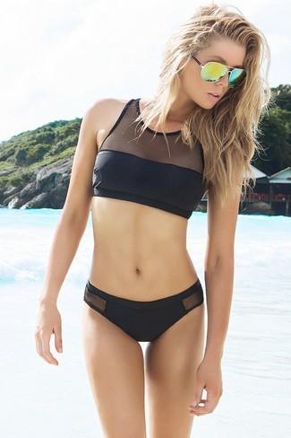 Comment porter: top de bikini en tulle noir, bas de bikini en tulle noir, lunettes de soleil vertes