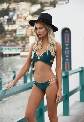 Comment porter: top de bikini vert foncé, bas de bikini vert foncé, chapeau de paille noir, pendentif vert foncé