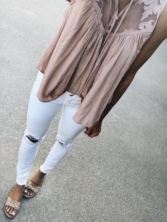 Comment porter: top sans manches beige, jean skinny déchiré blanc, sandales compensées en cuir marron clair
