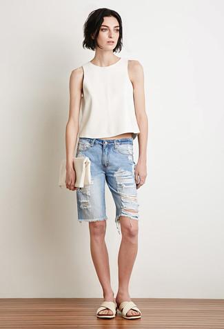 Comment porter une pochette en cuir blanche pour un style decontractés: Essaie de marier un top sans manches blanc avec une pochette en cuir blanche pour une tenue relax mais stylée. Une paire de des sandales plates en cuir blanches est une option avisé pour complèter cette tenue.