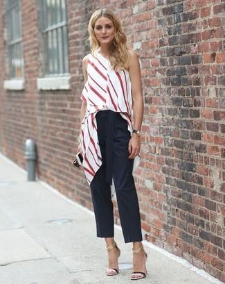 Tenue de Olivia Palermo: Top sans manches à rayures verticales blanc et rouge, Pantalon carotte noir, Sandales à talons en cuir noires, Montre en cuir noire