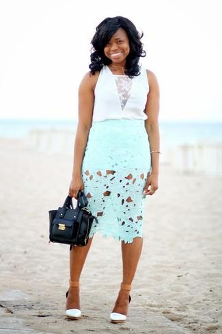 Comment porter: top sans manches en dentelle blanc, jupe crayon en dentelle vert menthe, sandales compensées en cuir blanches, pochette en cuir noire