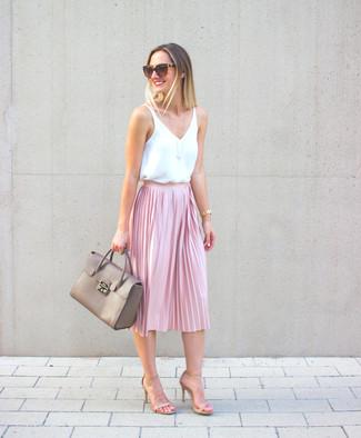609d17f862 Comment porter: top sans manches en soie blanc, jupe mi-longue plissée rose
