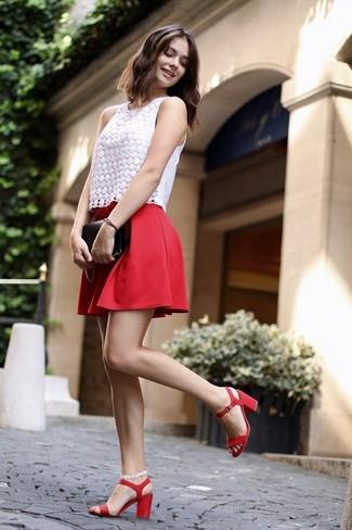 Comment porter: top sans manches en dentelle blanc, jupe patineuse rouge, sandales à talons en cuir rouges, pochette en cuir noire