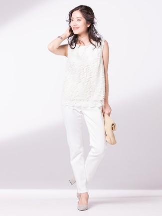Comment porter: top sans manches en dentelle blanc, pantalon chino blanc, escarpins en daim gris, pochette de paille marron clair