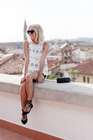 Comment porter: top sans manches en dentelle blanc, short noir, ballerines en daim noires, pochette en cuir noire