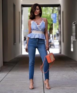 Comment porter des sandales à talons en cuir beiges: Pour une tenue de tous les jours pleine de caractère et de personnalité marie un top sans manches bleu clair avec un jean skinny bleu. Complète ce look avec une paire de des sandales à talons en cuir beiges.