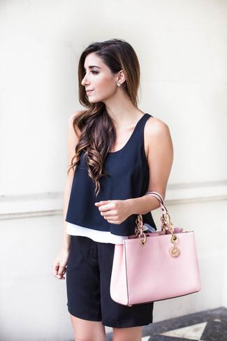Comment porter: top sans manches bleu marine, bermuda en soie noir, sac fourre-tout en cuir rose