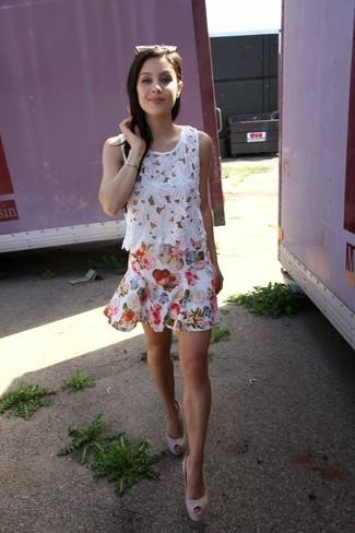 Comment porter: top sans manches en dentelle blanc, jupe patineuse à fleurs blanche, escarpins en daim roses