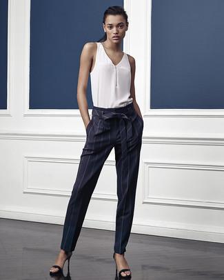 Comment porter  top sans manches en soie blanc, pantalon carotte à rayures  verticales bleu 7df2b1283b2f