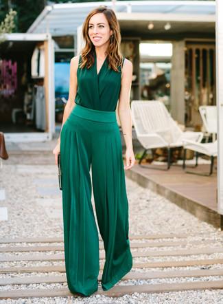 Comment porter: top sans manches en soie vert foncé, pantalon large vert foncé, pochette en cuir noire