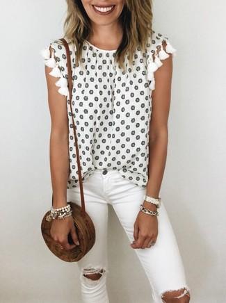 Comment porter: top sans manches à fleurs blanc, jean skinny déchiré blanc, sac bandoulière de paille marron, bracelet blanc