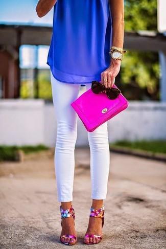 Comment porter: top sans manches en chiffon bleu, jean skinny blanc, sandales à talons en cuir à fleurs fuchsia, pochette en cuir fuchsia