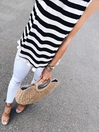 Comment porter: top sans manches à rayures horizontales blanc et noir, jean skinny déchiré blanc, sandales compensées en cuir marron, sac fourre-tout de paille marron clair