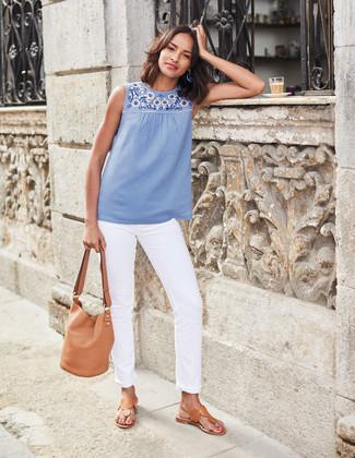 Comment porter: top sans manches brodé bleu clair, jean blanc, tongs en cuir marron clair, sac bourse en cuir marron clair