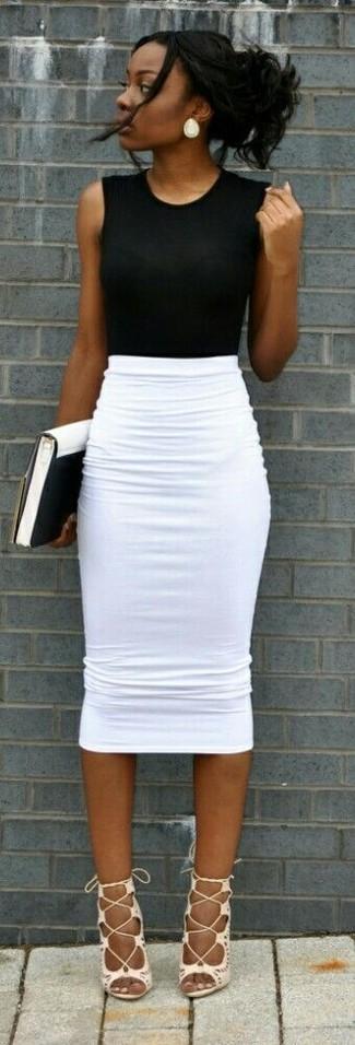 Comment porter: top sans manches noir, jupe crayon blanche, sandales spartiates en cuir blanches, pochette en cuir blanche et noire