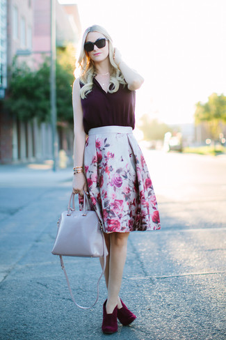 Comment porter: top sans manches en soie pourpre foncé, jupe évasée à fleurs grise, bottines en daim bordeaux, sac fourre-tout en cuir gris