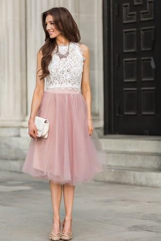 Comment porter: top sans manches en dentelle blanc, jupe évasée en dentelle rose, escarpins en cuir beiges, pochette en cuir blanche