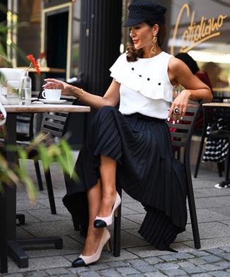 Comment porter: top sans manches à volants blanc, jupe longue plissée noire, escarpins en cuir blancs et noirs, casquette plate noire