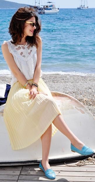 Comment porter: top sans manches en dentelle blanc, jupe mi-longue plissée jaune, slippers en cuir turquoise, lunettes de soleil beiges