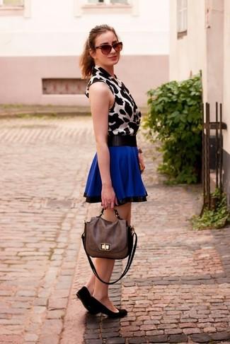 Comment porter: top sans manches imprimé léopard blanc et noir, jupe patineuse bleue, ballerines en daim noires, cartable en cuir marron