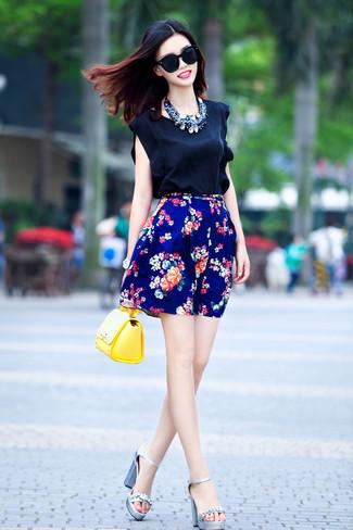 Comment porter: top sans manches en soie noir, jupe patineuse à fleurs bleue, sandales à talons en cuir ornées argentées, sac bandoulière en cuir jaune