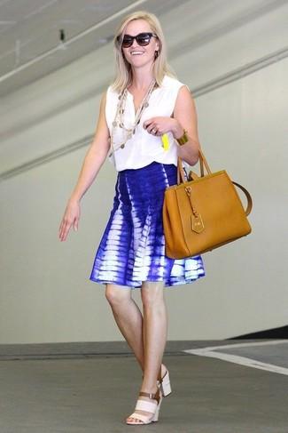 Comment porter: top sans manches blanc, jupe patineuse imprimé tie-dye bleue, sandales à talons en cuir blanches, sac fourre-tout en cuir tabac