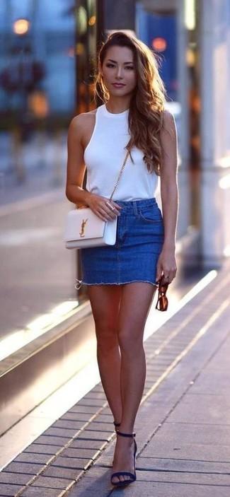 Comment porter: top sans manches blanc, minijupe en denim bleue, sandales à talons en daim bleu marine, sac bandoulière en cuir blanc