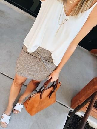 Comment porter: top sans manches en chiffon blanc, minijupe grise, sandales plates en cuir blanches, sac fourre-tout en cuir tabac