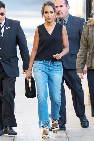 Comment porter: top sans manches noir, jean à franges bleu, sandales à talons en cuir multicolores, pochette en daim noire