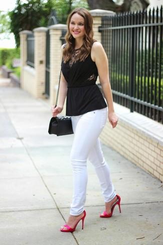 Comment porter: top sans manches noir, jean skinny blanc, sandales à talons en satin fuchsia, sac bandoulière en cuir matelassé noir