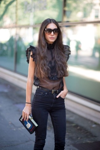 89dfa7f345667 Tenue  Top sans manches en chiffon noir, Jean skinny noir, Pochette brodée  noire, Ceinture en cuir noire   Mode femmes