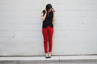 Comment porter: top sans manches noir, jean skinny rouge, escarpins en cuir noirs
