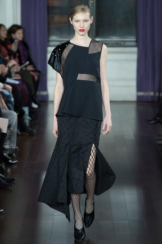 Comment porter: top sans manches noir, jupe mi-longue plissée noire, escarpins en cuir noirs, collants résille noirs