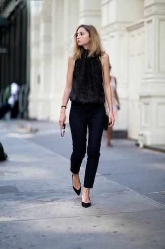 e730e513a6b17 Tenue  Top sans manches pailleté noir, Pantalon slim noir, Escarpins en  daim noirs, Sac bandoulière en cuir noir   Mode femmes