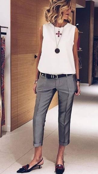 Comment porter: top sans manches blanc, pantalon de costume gris, escarpins en cuir noirs, ceinture en cuir noire