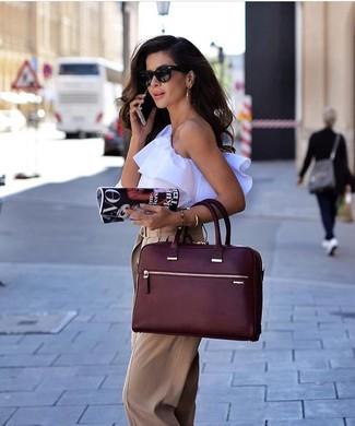 Tendances mode femmes: Harmonise un top sans manches à volants blanc avec un pantalon large marron clair pour une tenue raffinée mais idéale le week-end.