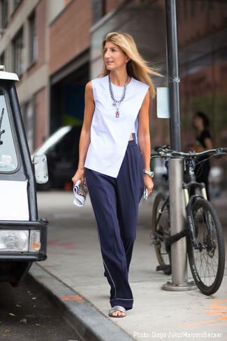 Comment porter: top sans manches bleu clair, pantalon large bleu marine, sandales plates en cuir argentées, collier argenté