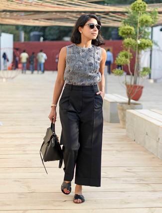 Comment porter: top sans manches brodé gris, pantalon large noir, sandales plates en cuir noires, cartable en cuir noir