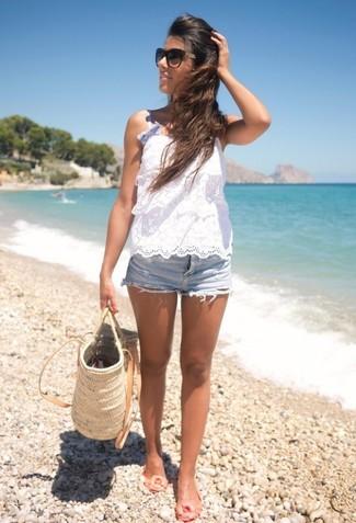 Comment porter: top sans manches en crochet blanc, short en denim bleu clair, ballerines en caoutchouc beiges, sac fourre-tout de paille beige