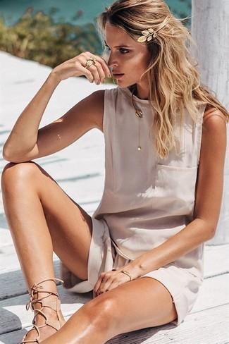 Comment porter: top sans manches en soie beige, short beige, sandales spartiates en cuir beiges, bandeau doré