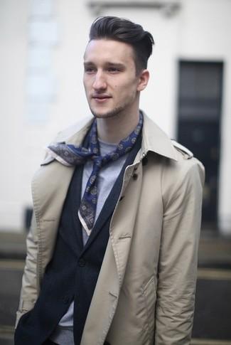 Comment porter: trench beige, blazer bleu marine, t-shirt à col rond gris, écharpe en soie imprimée bleu marine