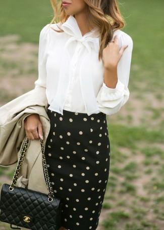 Comment porter: trench beige, chemisier boutonné blanc, jupe crayon á pois noire et blanche, sac bandoulière en cuir matelassé noir