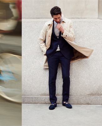 Comment porter: trench beige, costume bleu marine, t-shirt à manche longue à rayures horizontales blanc et bleu marine, slippers en daim bleu marine