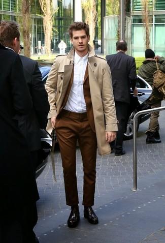 Comment porter: trench beige, costume marron, chemise de ville blanche, chaussures richelieu en cuir marron foncé