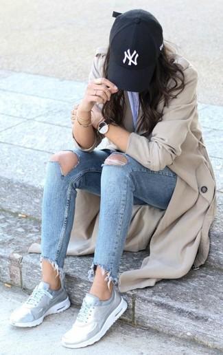Comment porter: trench beige, jean skinny déchiré bleu clair, chaussures de sport argentées, casquette noire