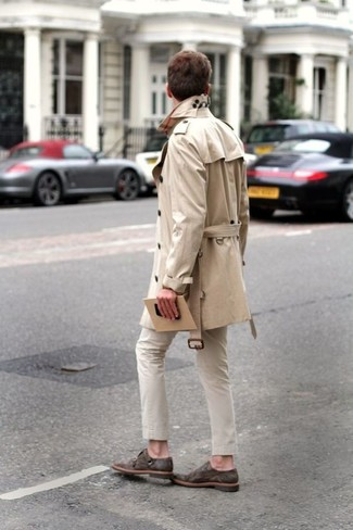 Comment porter: trench beige, pantalon chino beige, double monks en daim marron foncé