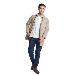 Comment porter: trench beige, polo blanc, jean bleu marine, bottines chukka en cuir marron foncé