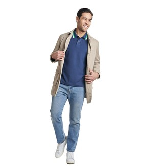 Comment porter un polo bleu marine: Essaie d'associer un polo bleu marine avec un jean bleu clair pour une tenue idéale le week-end. Une paire de des baskets basses en cuir blanches est une option génial pour complèter cette tenue.