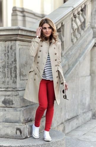 Associe un trench avec un jean skinny rouge pour achever un style chic et glamour. Jouez la carte décontractée pour les chaussures et complète cet ensemble avec une paire de des baskets montantes en toile blanches.
